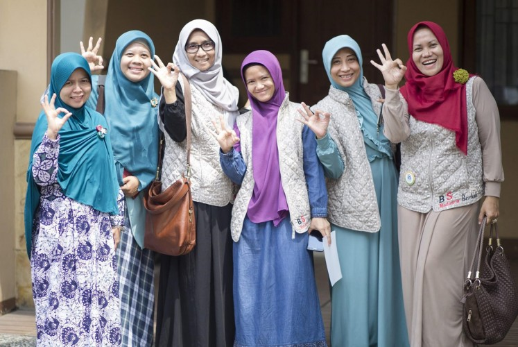 Housewives in Depok, West Java, having participated in the Bucket Party System, posing the 3Rs sign.