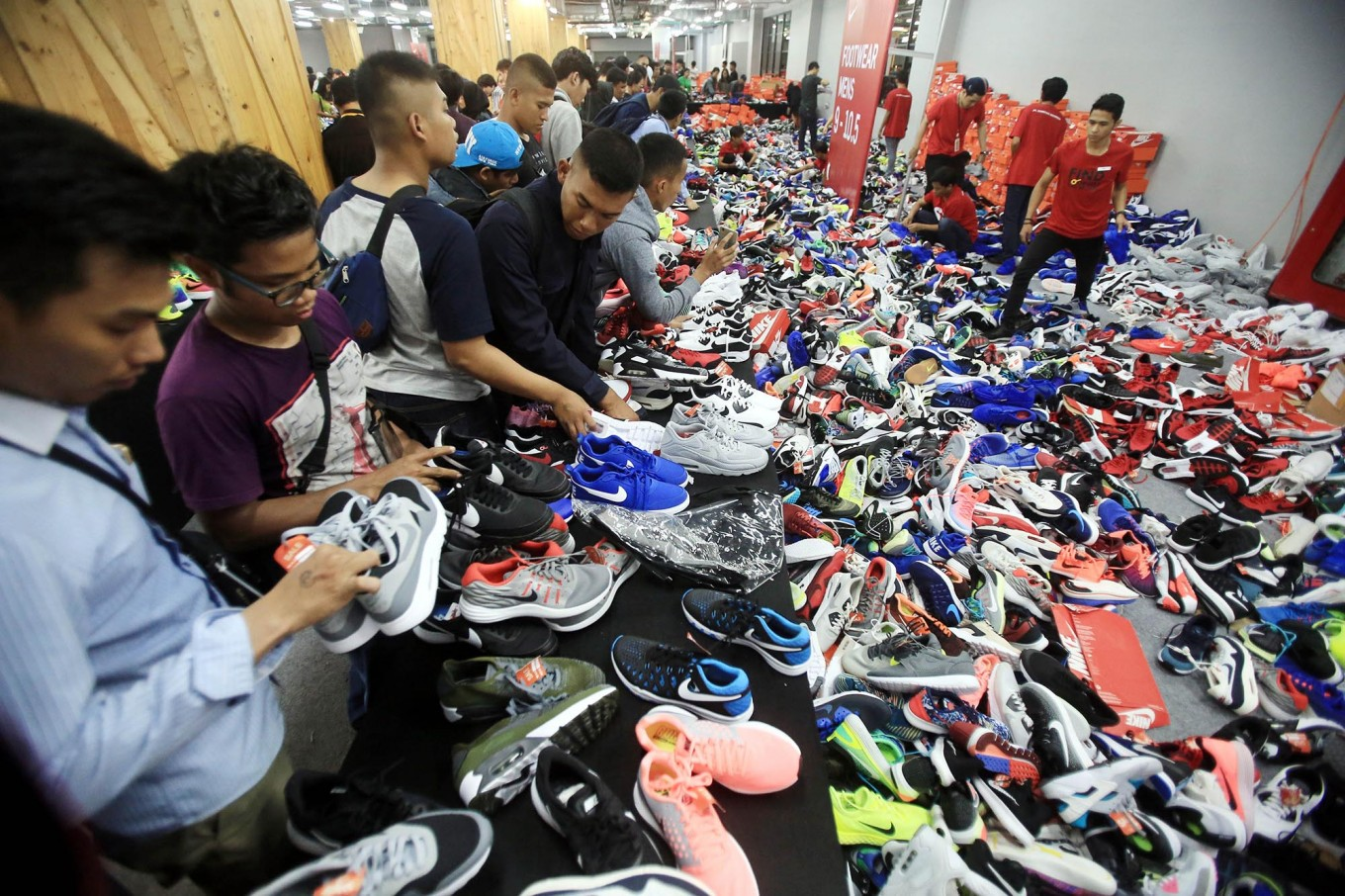 Nike Bazaar Ends In Chaos On Tuesday City The Jakarta Post Voucer Shodaqo Nuril