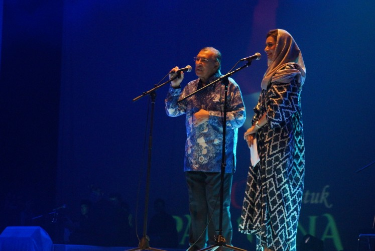 Prominent cleric Quraish Shihab shares the stage with his daughter, journalist Najwa Shihab.