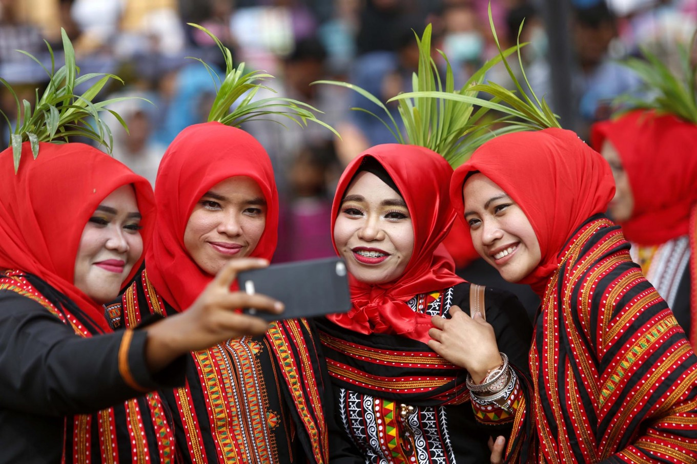 Female dancers – who perform the Bines dance, a traditional dance from Gayo, Aceh –take a selfie during the event. JP/Hotli Simanjuntak