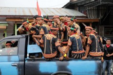 Saman dancers travel in an overloaded pickup to Blangkejeren stadium, where they will participate in the mass dance. JP/Hotli Simanjuntak