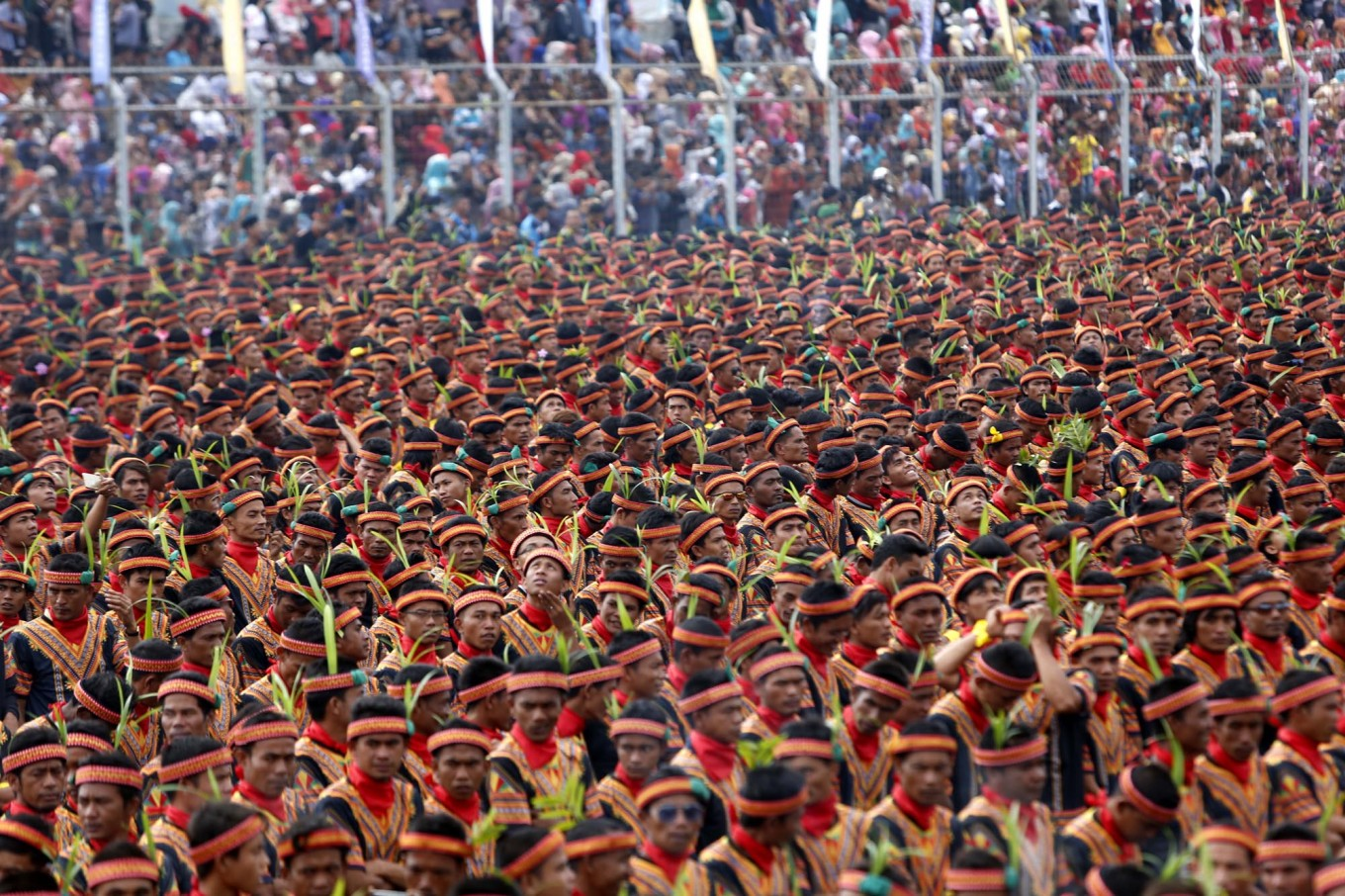 A total of 12,262 Saman dancers gather at Blangkejeren stadium to create a new mass dance record with the Indonesian Museum of Records (MURI). JP/Hotli Simanjuntak