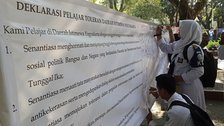 Fight for tolerance: Students of a school in Yogyakarta sign a large banner to show their support for tolerance during the Declaration of Tolerant Yogyakarta Students event at Yogyakarta State University's (UNY) Pancasila Park on Aug. 28.