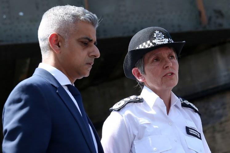Walikota London Sadiq Khan (kiri) dan Komisaris Polisi Metropolitan Cressida Dick membuat pernyataan kepada media di dekat lokasi serangan di Finsbury Park, London utara, menyusul serangan kendaraan terhadap pejalan kaki, pada 19 Juni 2017.