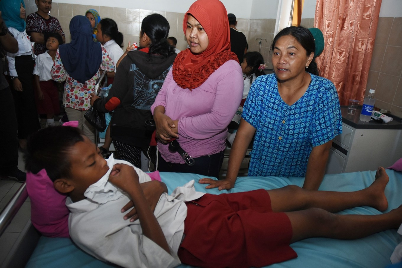 School students admitted to clinic with food poisoning