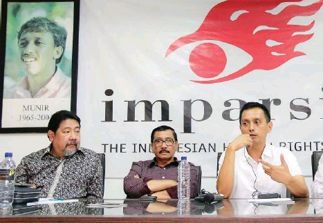 Former chief of the government-sanctioned fact-finding team into the murder of human rights defender, Munir Said Thalib, Marsudi Hanafi (center), as well as former team members, human rights activists Hendardi (left) and Al-Araf (right), speak to journalists during a media briefing in Jakarta on Wednesday, Sept. 6.