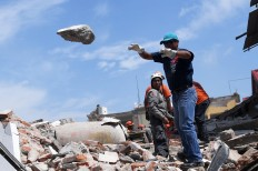 Rescuers clear the ruble in search of survivors in Juchitan de Zaragoza, the hardest-hit city by a powerful earthquake that struck Mexico's Pacific coast September 7 at night. Police, soldiers and emergency workers  raced to rescue survivors from the ruins  of Mexico's most powerful earthquake in a  century, which killed at least 61 people,  as storm Katia menaced the country's  eastern coast Saturday with heavy rains. AFP/ Ronaldo Schemidt