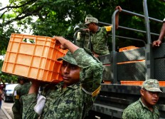 Mexican soldiers unload water in Juchitan 