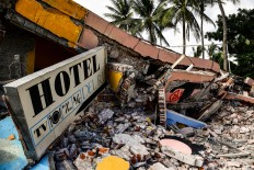 View of a collapsed hotel in Juchitan de Zaragoza, state of Oaxaca on September 10, 2017, following the 8.2 magnitude earthquake that hit Mexico's Pacific Coast on September 8. Mexican families picked nervously at the ruins of their homes Sunday as help trickled in after a huge earthquake killed 90 people. People in Juchitan were afraid to return to their homes, fearing the effects of hundreds of aftershocks -- but camped within sight of them to prevent looting. AFP/ Ronaldo Schemidt
