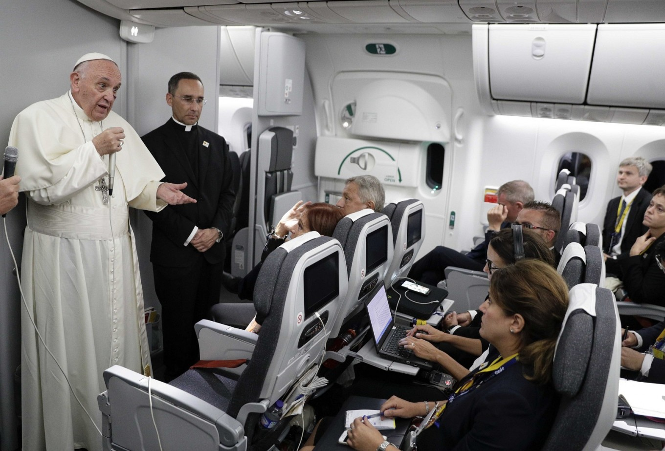 Pope slams climate change deniers as 'stupid'