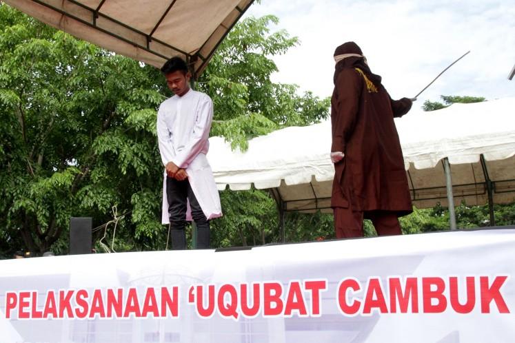 Terpidana pelanggar hukum Syariat Islam menjalani uqubat (hukuman) cambuk di Banda Aceh, Aceh, Senin (11/9). Mahkamah syariah Kota Banda Aceh menvonis 10 hingga 28 kali cambuk dengan menggunakan rotan setelah dipotong masa tahanan karena melanggar Qanun (peraturan daerah) Nomor 6/2014 tentang hukum jinayat.