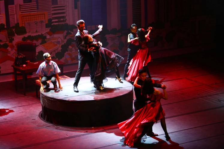 Protagonists Zus Natasya and Ardiwilaga, along with the ensemble, dance the tango at a presumed victory.