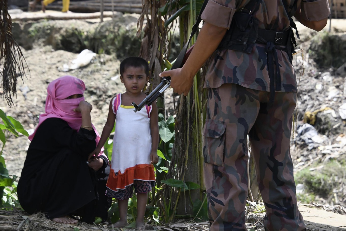 A Bangladesh border guard stands guard at the Jalpatoli refugee camp for Rohingya Muslims in the no-man's land area between Myanmar and Bangladesh, near Gumdhum village in Ukhia on September 16, 2017. According to the UN nearly 400,000 Rohingya have arrived in Bangladesh since August 25 after fleeing a military crackdown launched by Myanmar's military in response to attacks by Rohingya rebels. AFP/ Dominique Faget