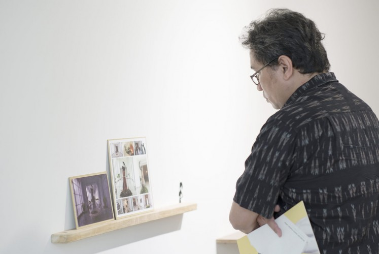 An visitor to ROH Projects, Jakarta examines the Unsung Museum.