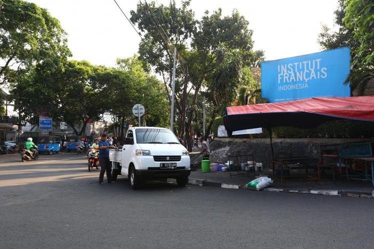 A branch of the Institut français d'Indonésie (IFI) is located on Jl. Wijaya I no. 48.