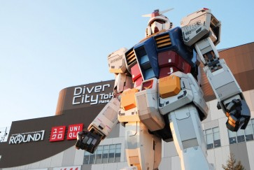 'Unicorn Gundam' illuminated, dazzles in official unveiling