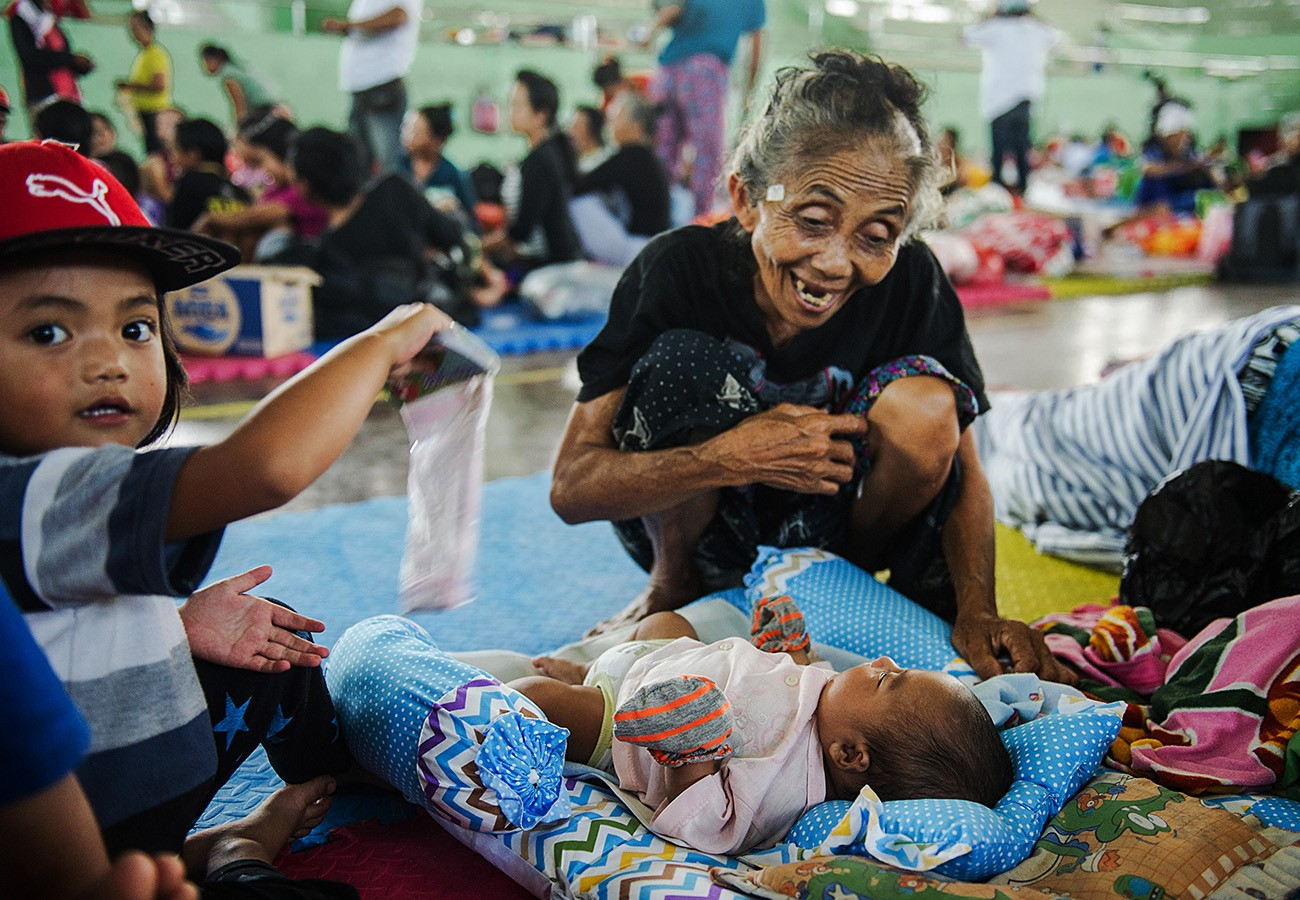 Nearly 50,000 flee amid fears of Mt. Agung eruption ...