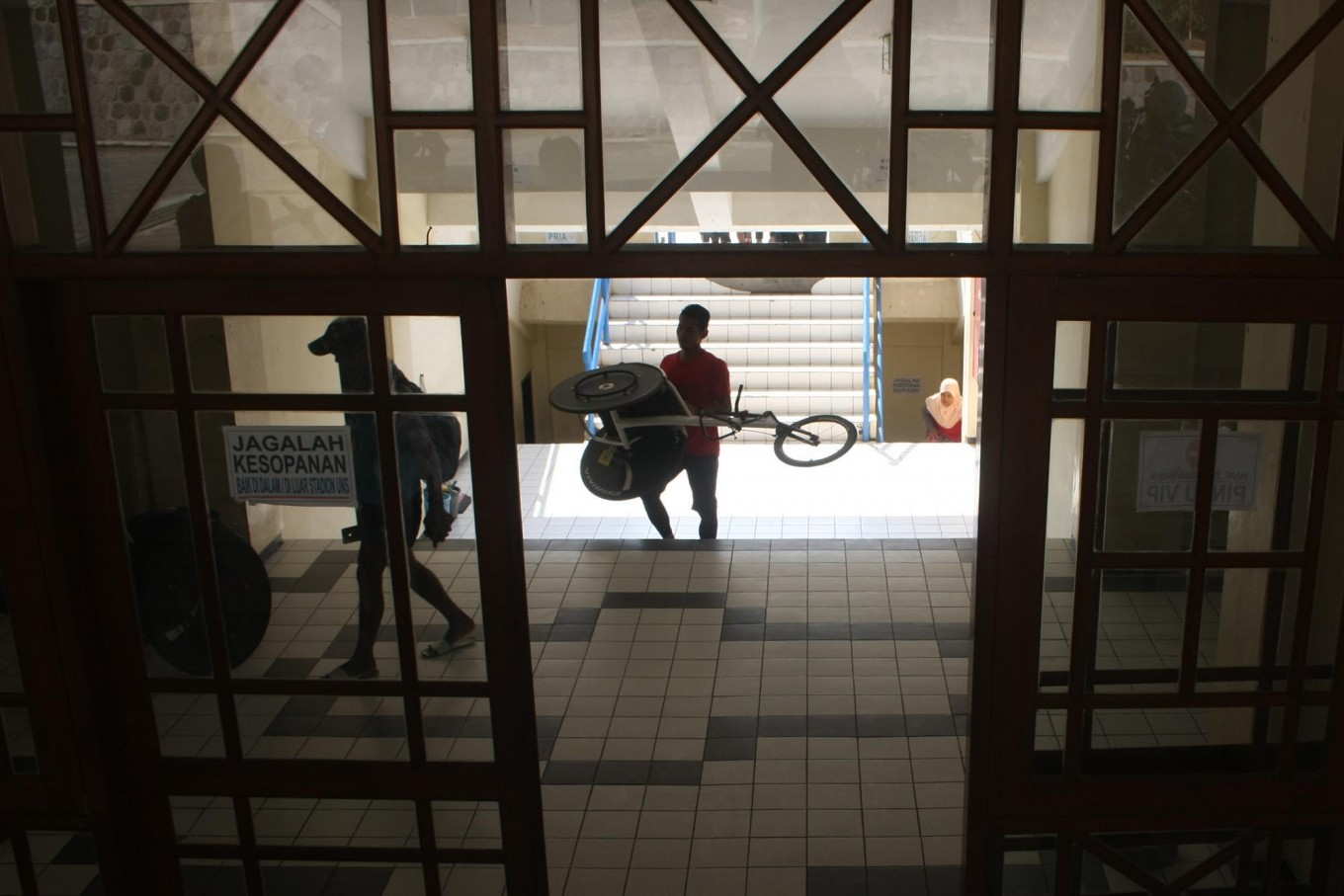 A trainer carries a racing wheelchair after training exercises. JP/Maksum Nur Fauzan