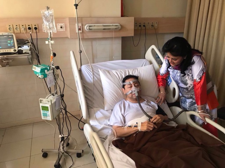 This photograph of House of Representatives Speaker and Golkar Party chairman Setya Novanto receiving intensive care at Jatinegara Premier Hospital drew widespread criticism that he had posed for the shot, and inspired a slew of satirical memes.