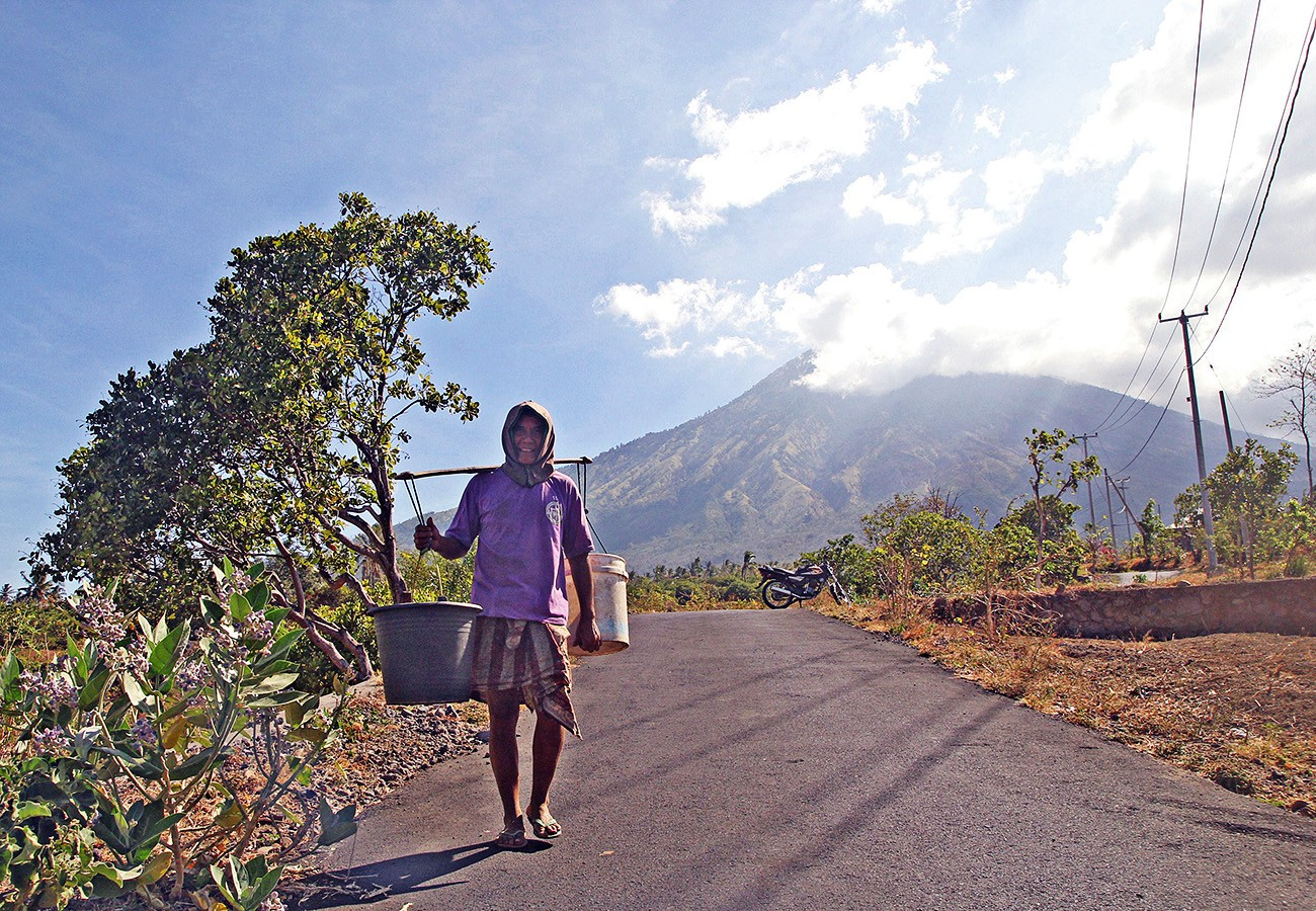 More residents flee Mt. Agung to Lombok by boat
