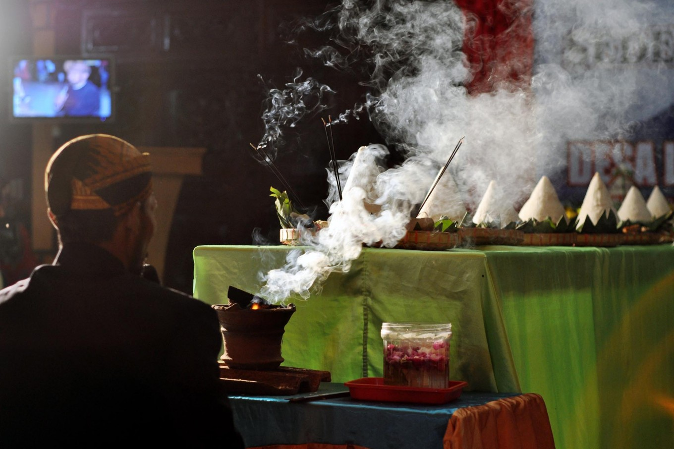 Incense smoke accompanies the prayers and sacrifice. JP/Magnus Hendratmo