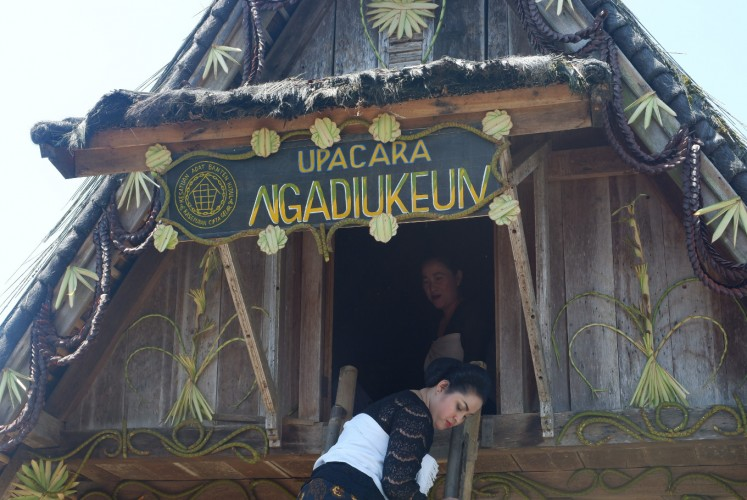 The highlight of Seren Taun is the Ngadiukeun ceremony, which involves storing rice hulls in the village's rice barn.