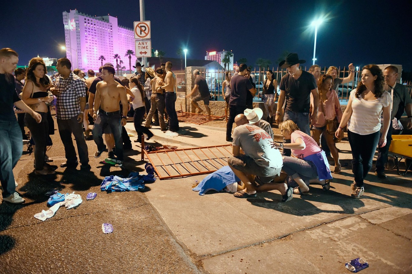 People tend to the wounded outside the Route 91 Harvest Country music festival grounds after an apparent shooting on October 1, 2017 in Las Vegas, Nevada. There are reports of an active shooter around the Mandalay Bay Resort and Casino. AFP/Getty Images/David Becker