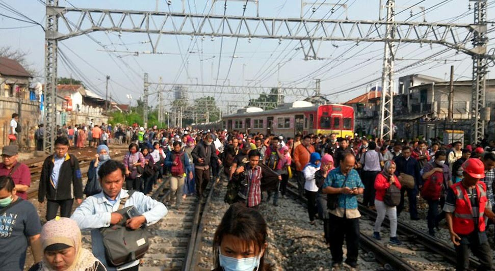 Gas smell causes panic at East Jakarta train station