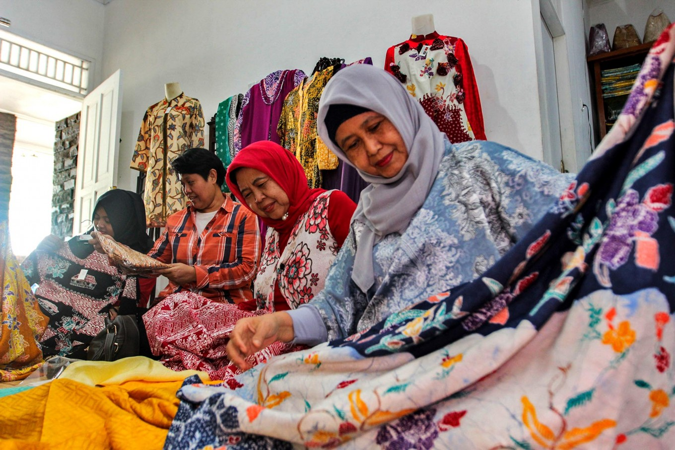 See and touch: Customers take a closer look at some batik cloths at Sekar Purnama Gallery. JP/Ibrahim Irsyad