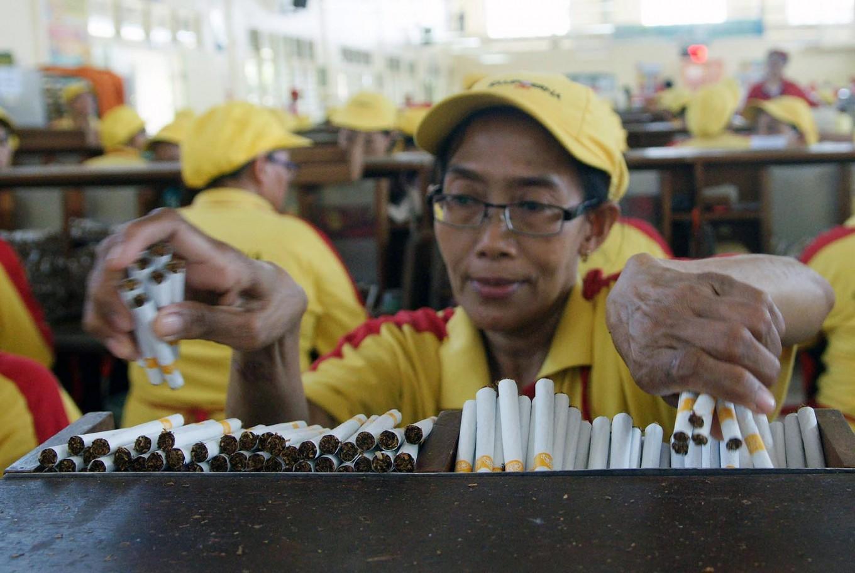 A worker arranges sticks of the hand-rolled kretek brand, Dji Sam Soe, at the PT HM Sampoerna factory at Surabaya's Rungkut Industrial Estate. JP/Wahyoe Boediwardhana