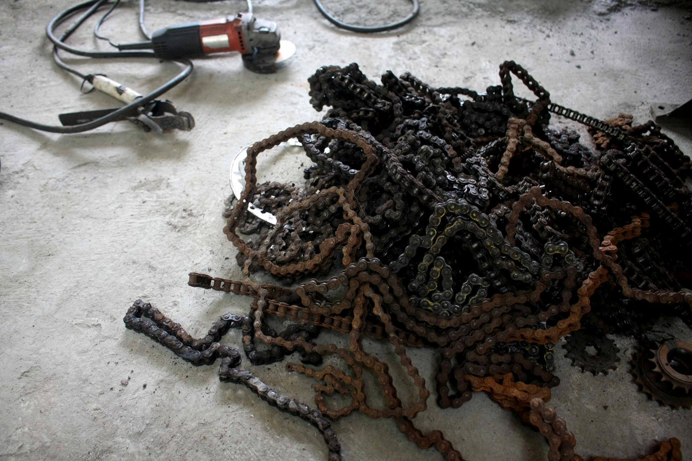 A pile of used chain which will be used as the main materials for the handicraft. JP/Maksum Nur Fauzan