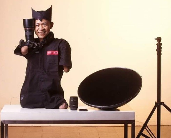 Indonesian photographer thrives despite not having arms, legs