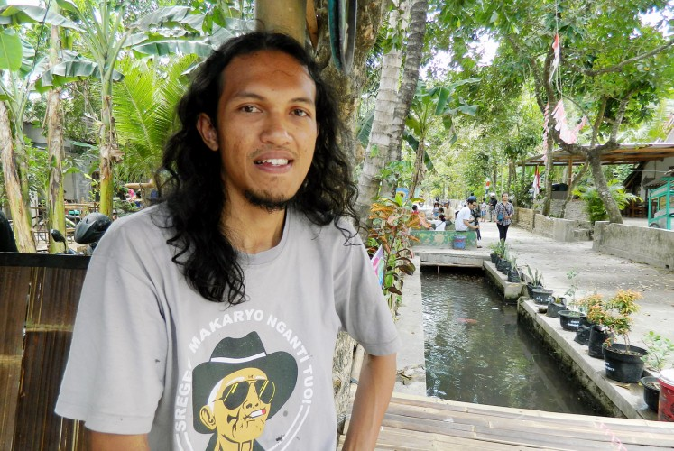 Giving guidance: Ari Ahmad Zulfahmi has worked through the Komunitas Anak Zaman local youth community to clean up the dykes in Singosaren.