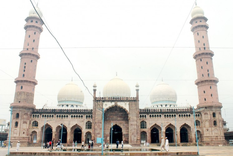 The great beauty: The façade of the beautiful Taj-ul-Masajid as seen from its square.