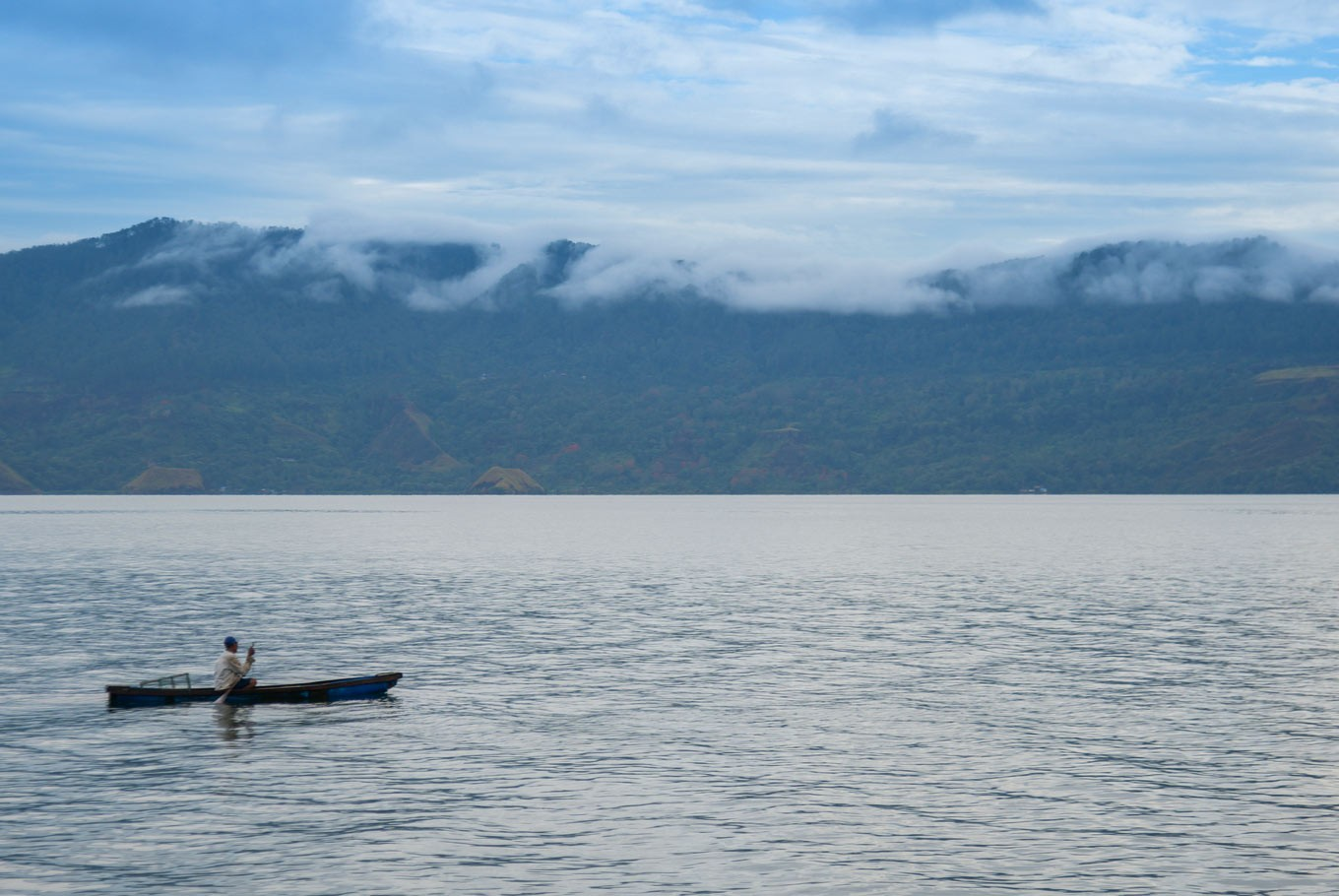Kayakers aid Lake Toba search