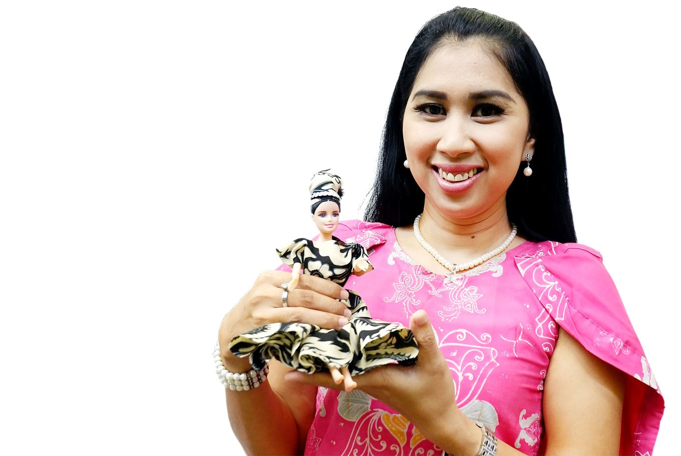 Social entrepreneur Lusia E. Kiroyan teams up with female inmates to promote Indonesia through dolls dressed in batik. Image: JP/A. Kurniawan Ulung