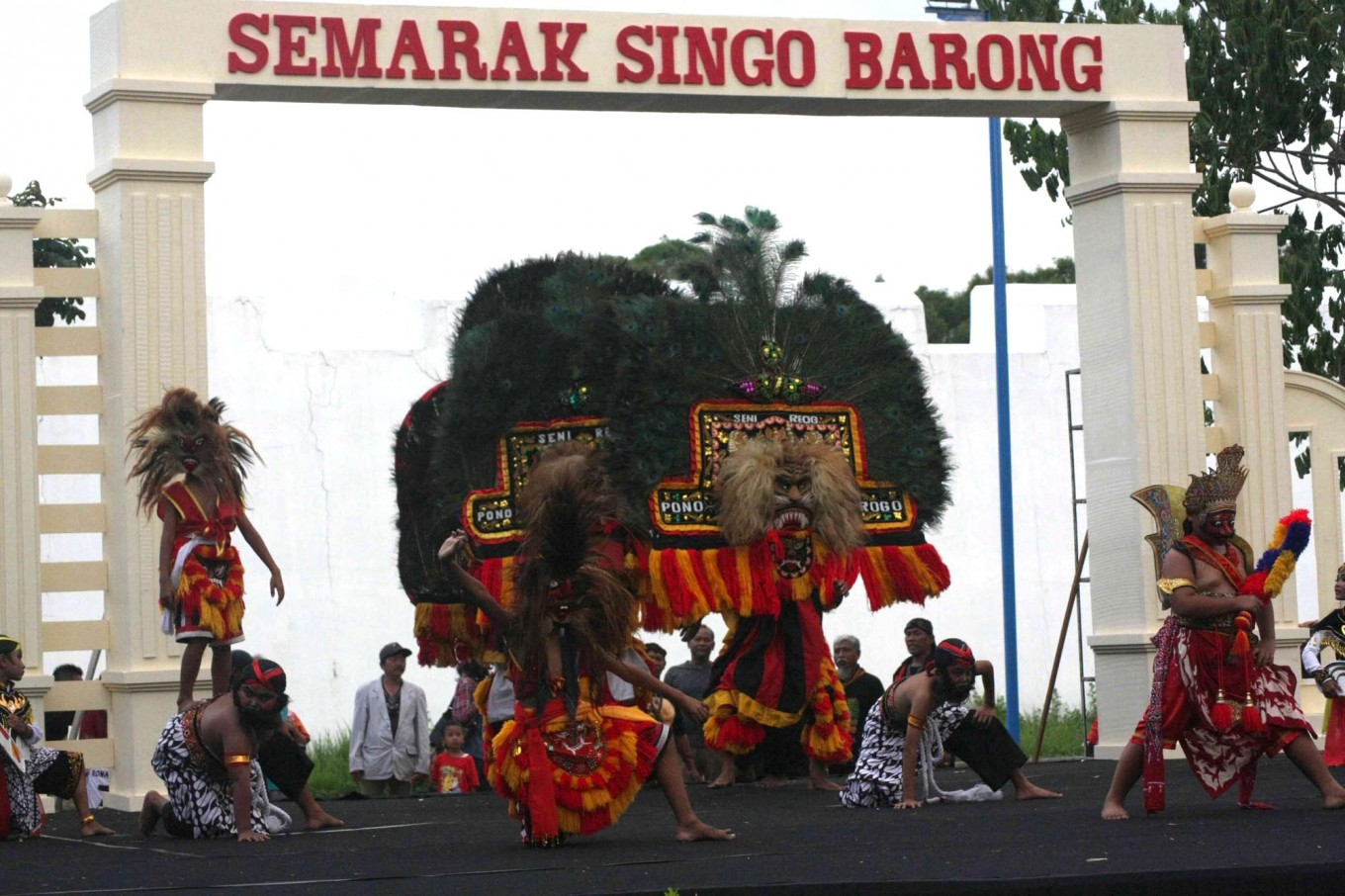 Grand entrance: Children take part in the reog performance. JP/ Maksum Nur Fauzan