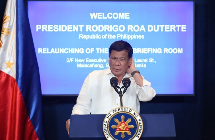 Duterte's meeting with Filipinos in Korea sealed 'with a kiss'