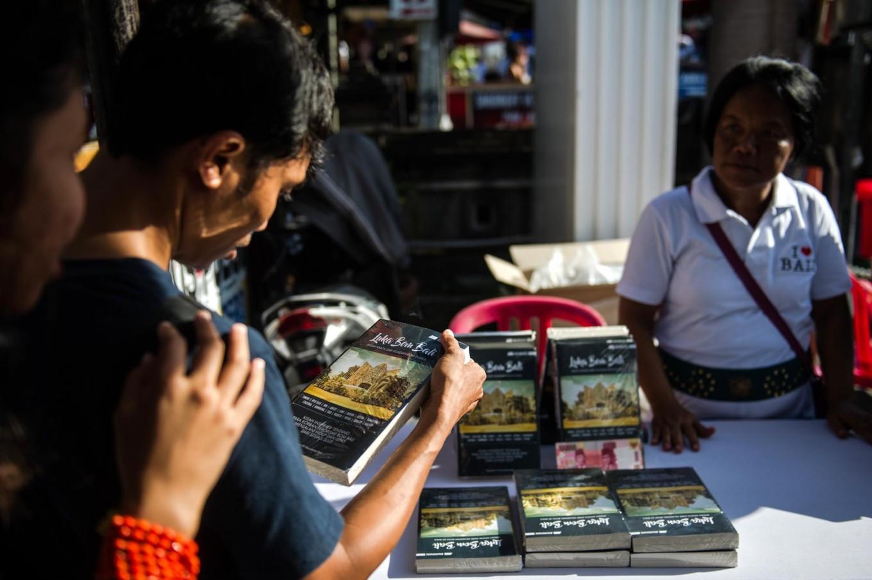 Visitors look at Luka Bom Bali (Wounds of the Bali Bombings) book at Ground Zero. JP/Anggara Mahendra
