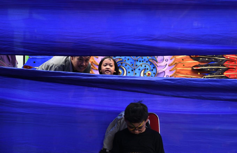 Two visitors take a peek before the carnival starts. JP/Aman Rochman