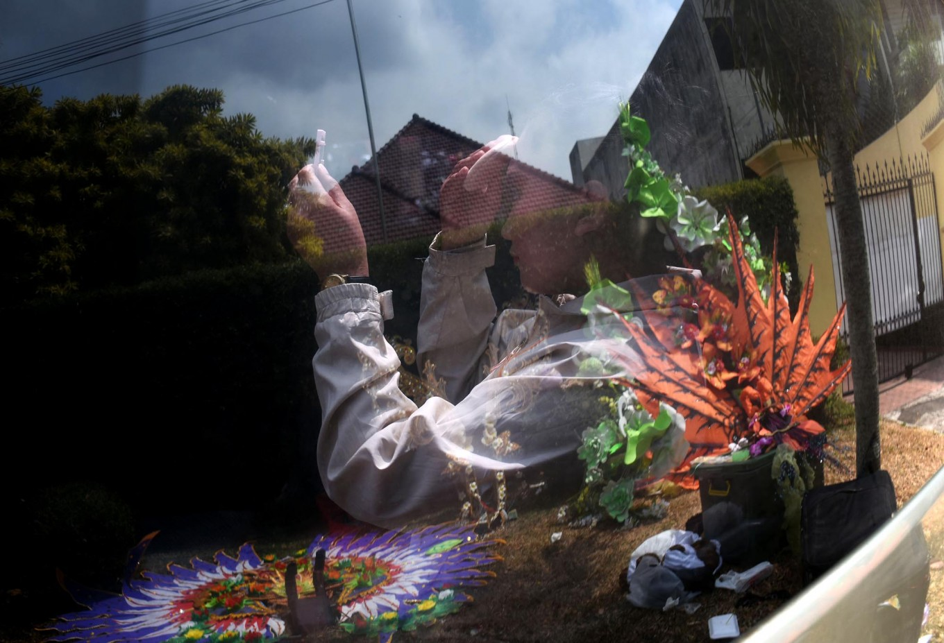 A participant of the Malang Flower Carnival puts on her makeup inside a car. JP/Aman Rochman