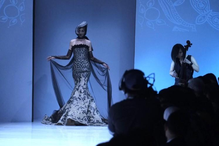 Sebastian Gunawan design at the opening of Jakarta Fashion Week 2018 .