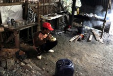 A gold miner enjoys his lunch of steamed rice, fried chicken and sambal (chili sauce). JP/ Magnus Hendratmo