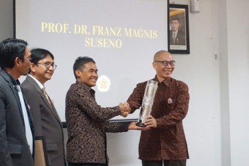 Romo Magnis receives philosopher award from Gajah Mada University