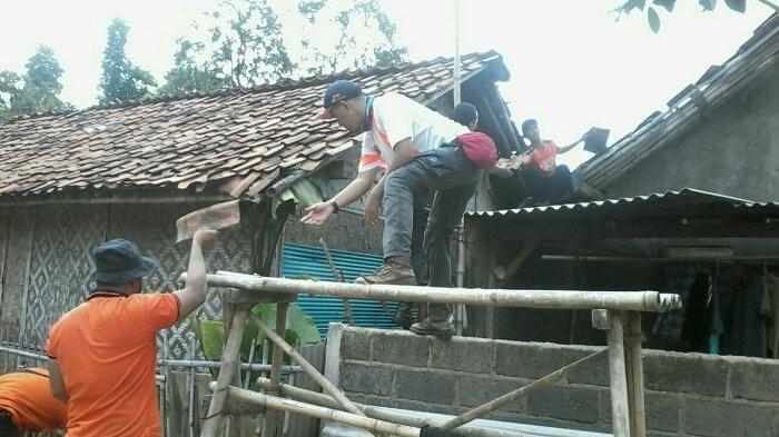Tornado destroys kiosks, topples poles in Bekasi