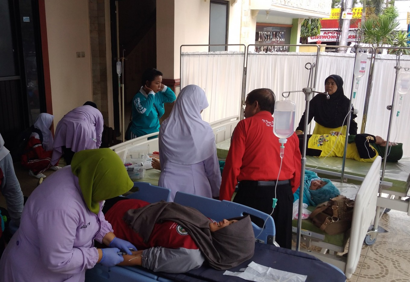 Dozens of elementary students in South Jakarta suffer food poisoning