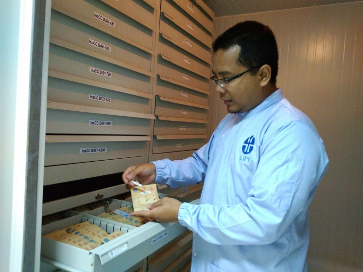 Invaluable potential: LIPI microbiology facility head Dian Alfian shows a collection of microbes at the INACC on Thursday. The microbes are stored using an international-standard freeze-drying process.