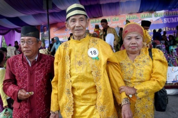 Hundreds of elderly tie knot in mass wedding in Central Java