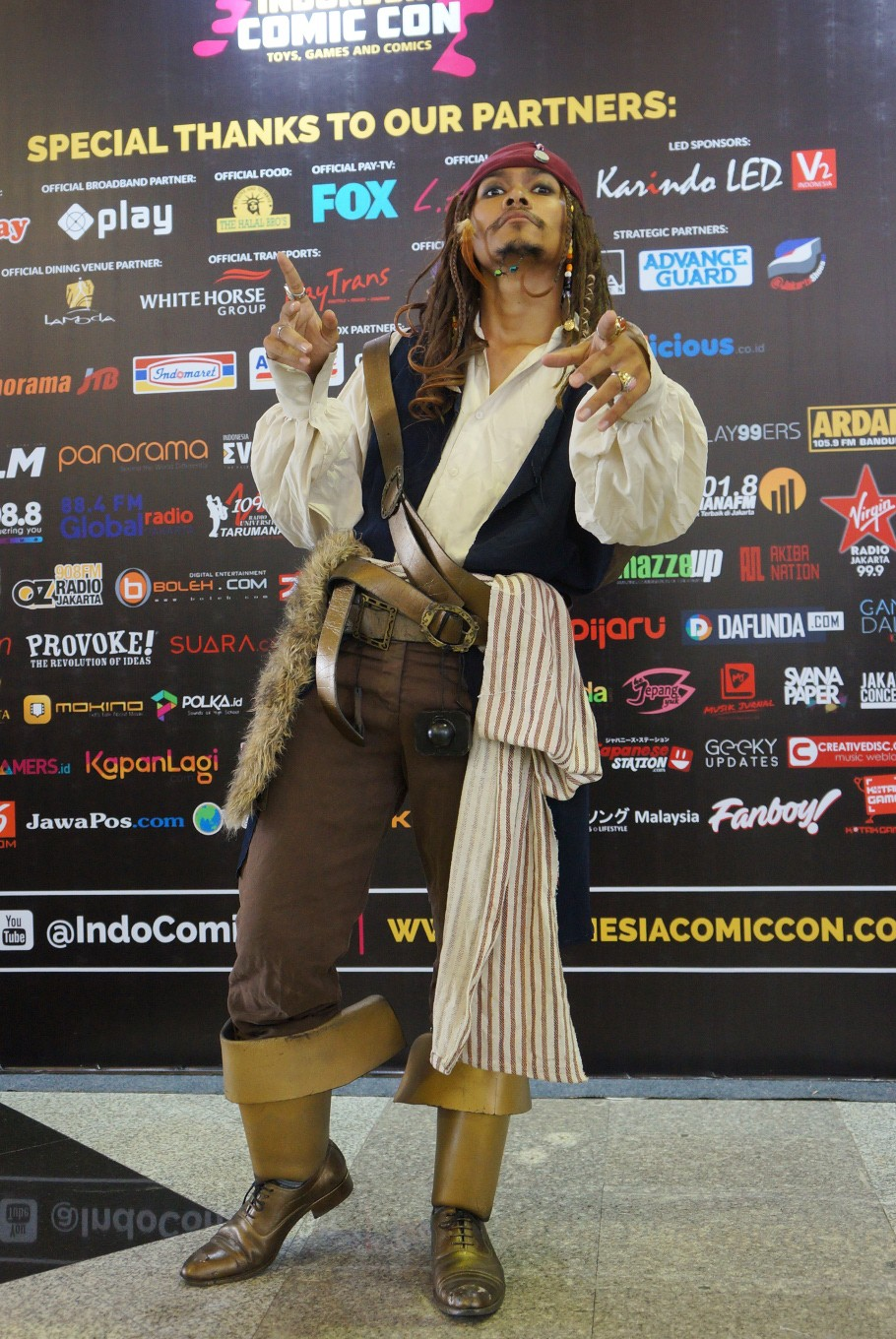 A 2017 Indonesia Comic Con visitor is dressed as Jack Sparrow from the 'Pirates of the Caribbean' movies.
