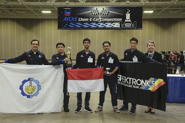 First-time participants ITS Spektronics from Surabaya's 10 November Institute of Technology has emerged champions of the annual Chem-E-Car competition in the US on Sunday, Oct. 29, beating teams from 42 countries with their chemically powered car.